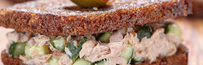 Insalata di tonno su pane di segale tostato